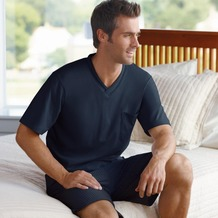 Jockey Nachtwäsche Pyjama, kurzarm mit V-Ausschnitt. Oberteil uni mit Kontrasteinfassung am Ausschnitt. 1 Brusttasche, Hose gestreift navy 4XL