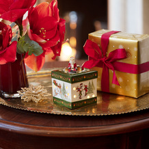Villeroy & Boch Christmas Toys Geschenkpaket klein eckig, Santa Claus grün,bunt