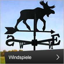Windspiele und Fahnen
