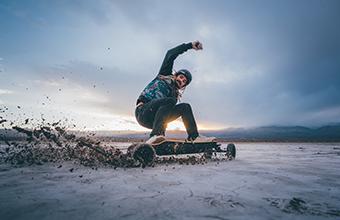 E-Skateboard auf unebenen Flächen